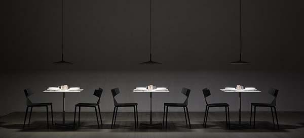 mesas iluminadas por Aplomb Large by Foscarini